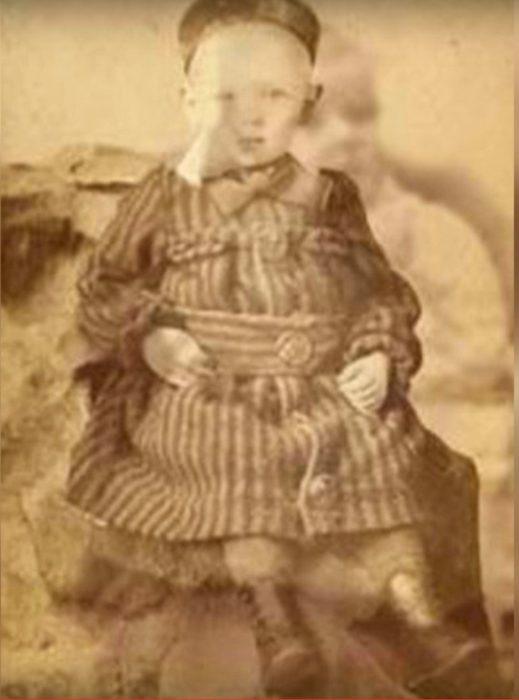 fotografía de dos niños alemanes sobrepuestas