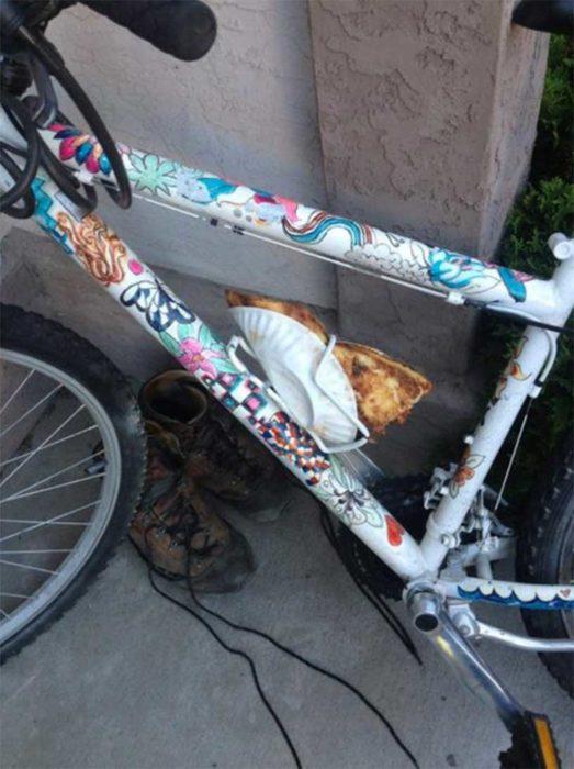 bicicleta que usa el portabotellas como reposa pizza