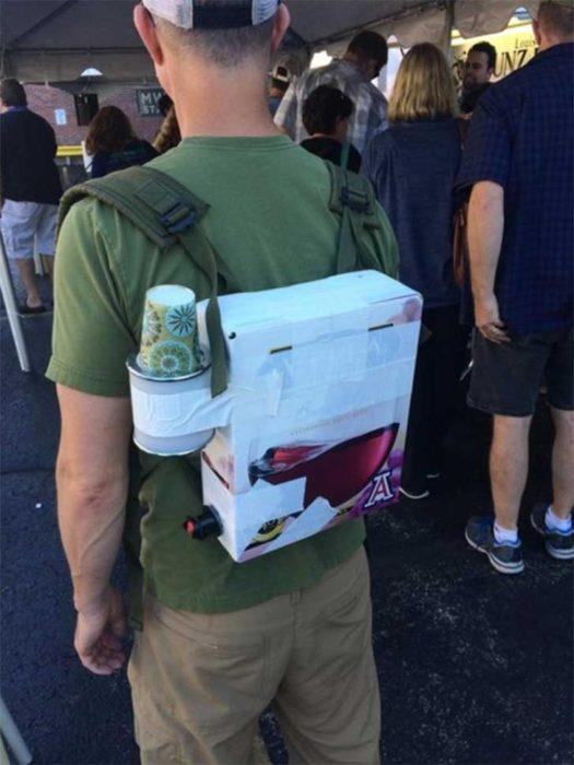 caja de cervezas acomodada como mochila