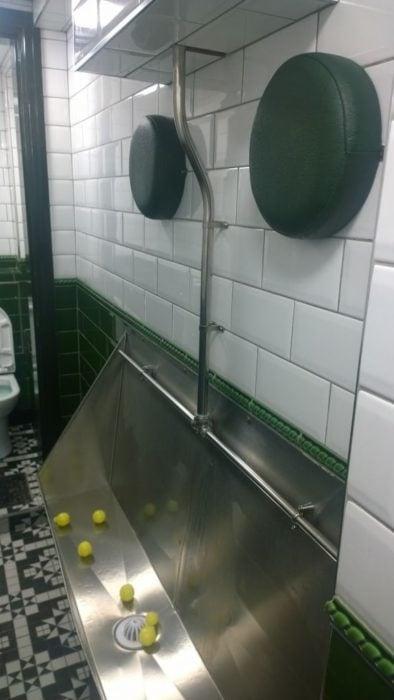 repocabeza en baño público para evitar que los ebrios choquen