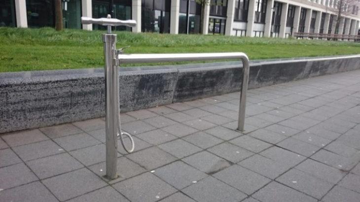 estacionamiento de bicicletas con bomba de aire