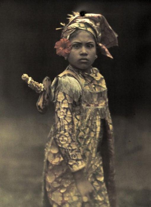 fotografía antigua de niña vestida de guerrero
