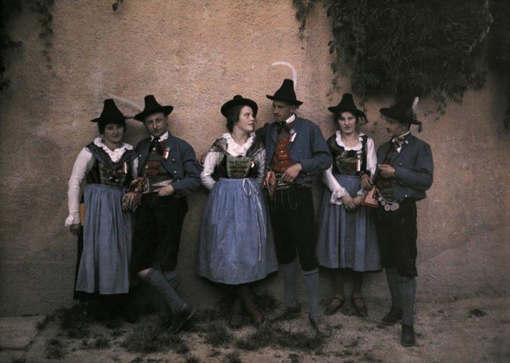 cantantes de yodelin en un muro medieval fotografia antigua
