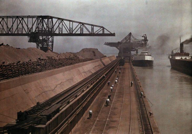 barcos se acercan a puerto para descargar hierro en ohio