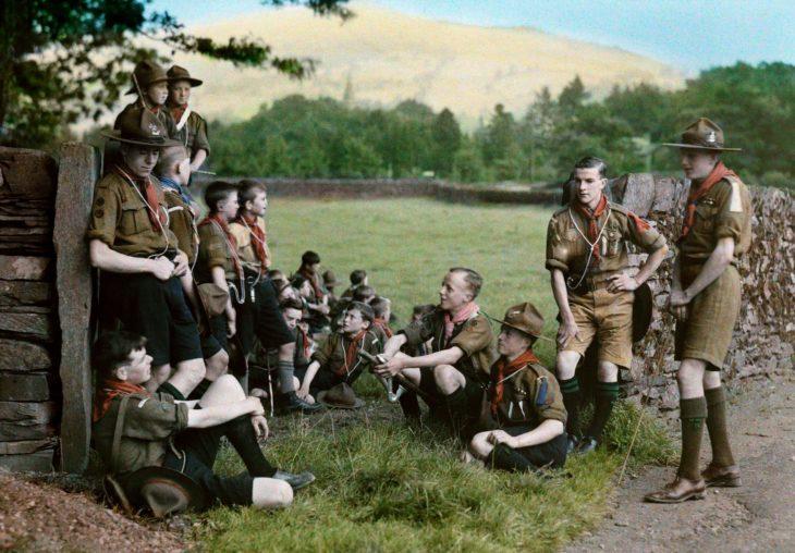 niños scouts tomando un descanso después de una caminata