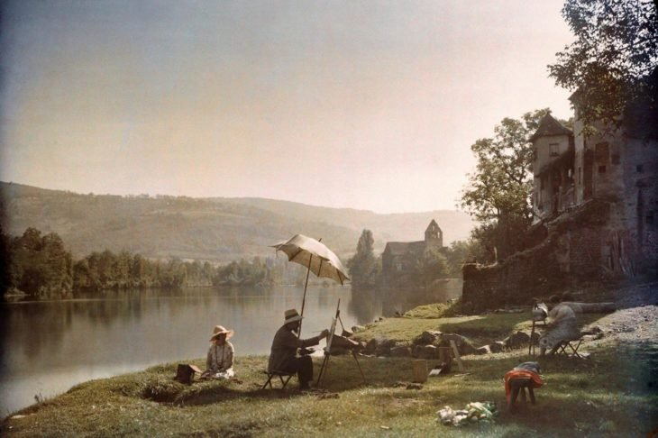 artista francés sobre su banquillo haciendo un dibujo cerca del río