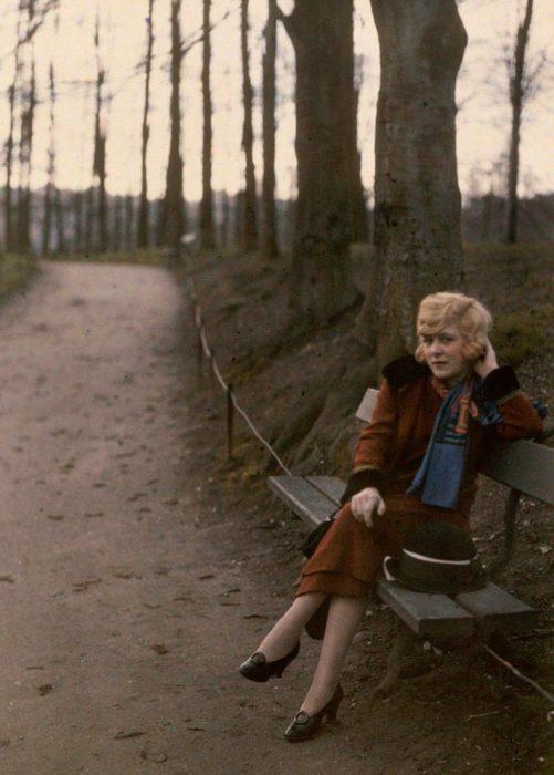 fotografía antigua de mujer sentada en un parque en Lyon
