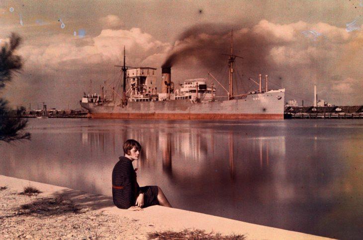 mujer sentada a la orilla del mar en Tampa
