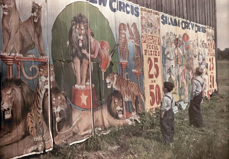 fotografía antigua de dos niños viendo el letrero del circo
