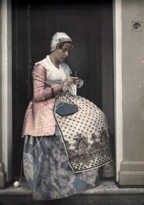 fotografía de un mujer vistiendo un traje tradicional de Holanda