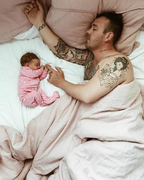 padre durmiendo con su niña