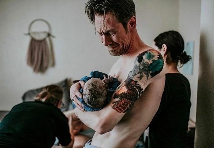 padre cargando a su bebé