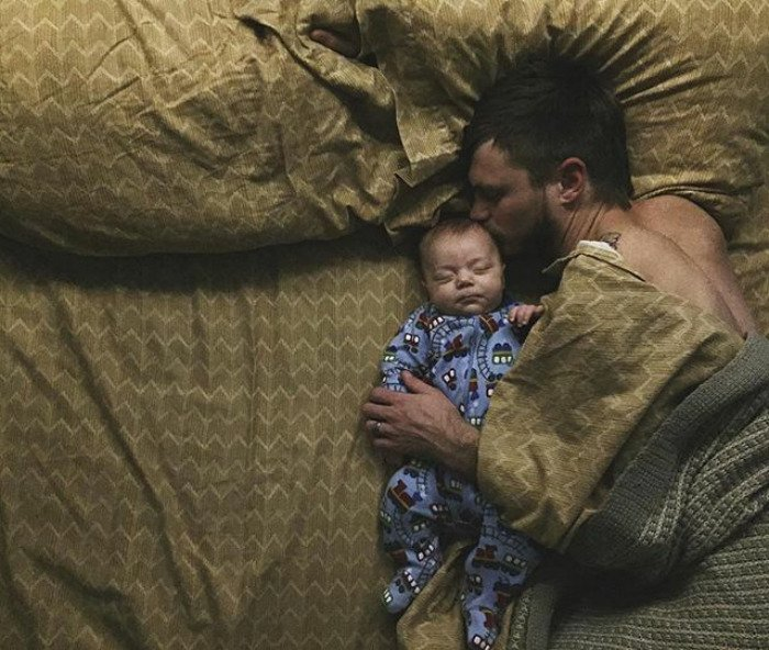 padre durmiendo con su bebé