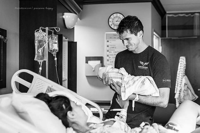padre conociendo al bebé