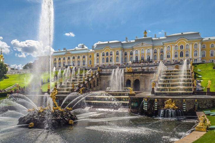 fuente y cascada dentro del palacio de Peterhof