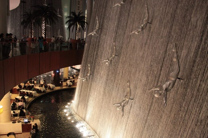 Divers fountain dentro de un centro comercial en Dubai