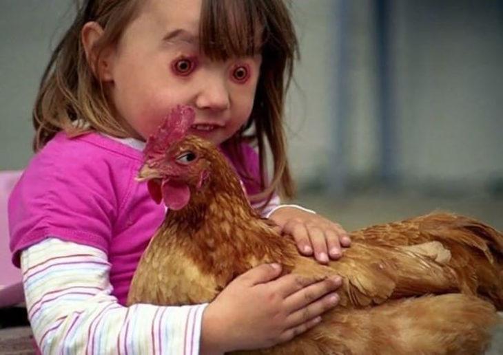 niña con edición cambia ojos por los de gallina