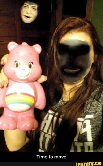 mujer cambia de cara con sombre algo tenebrosa