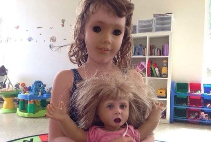 niña cambia de cara con su muñeca