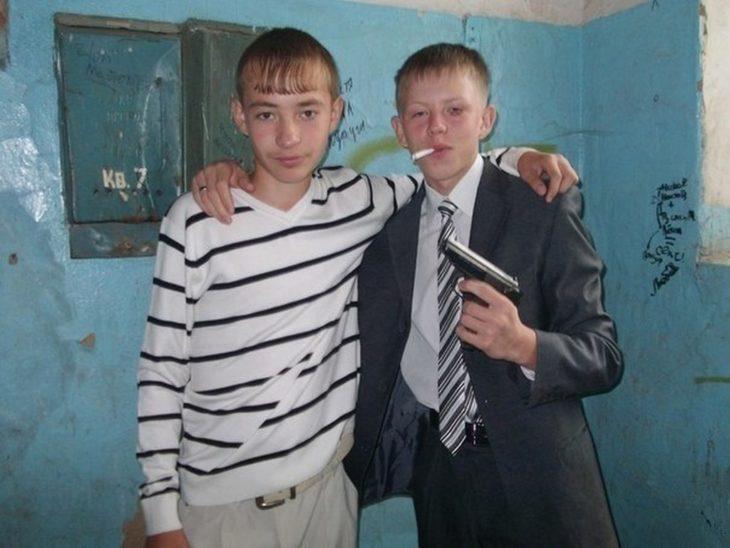 niños rusos con armas y fumando