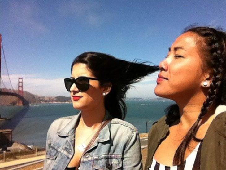 Chica que parece que el cabello de la otra sale de su nariz