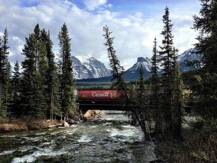 tren pasando en el momento justo en que un vagón indica el nombre del destino