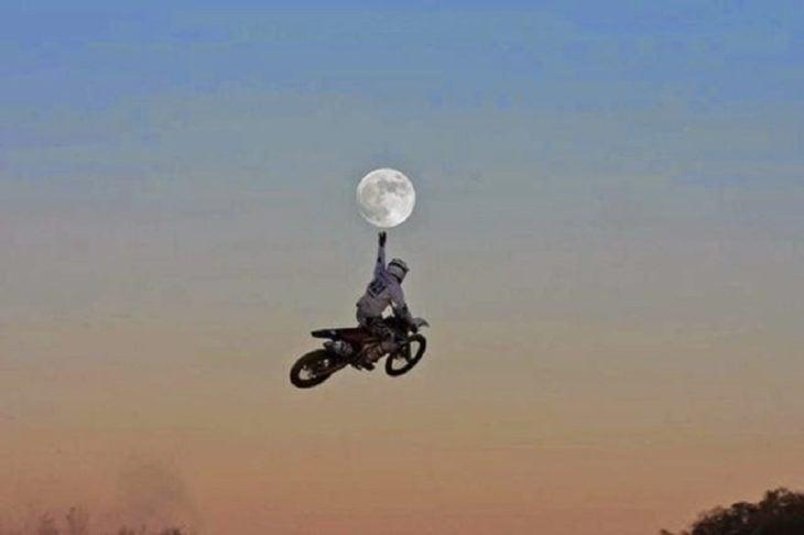Motociclista capturado en el momento justo como si tocará la luna