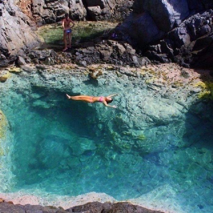 Mujer dentro del agua que parece que levita