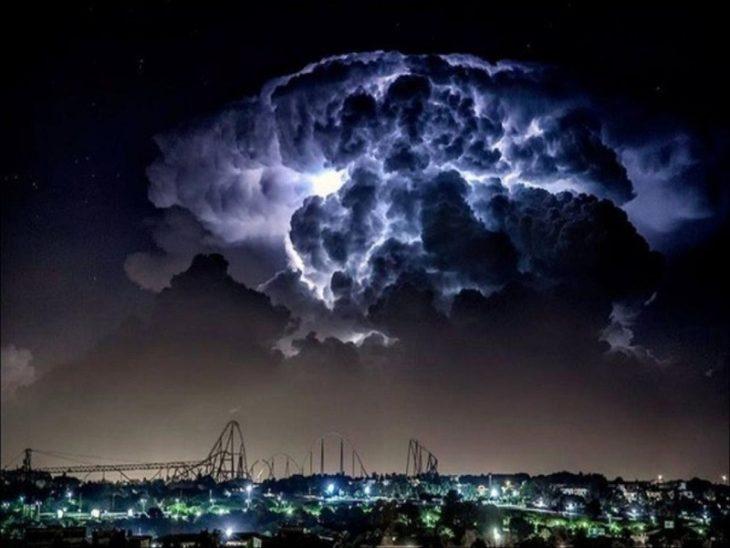 nubes de tormenta antes de que caiga un rayo