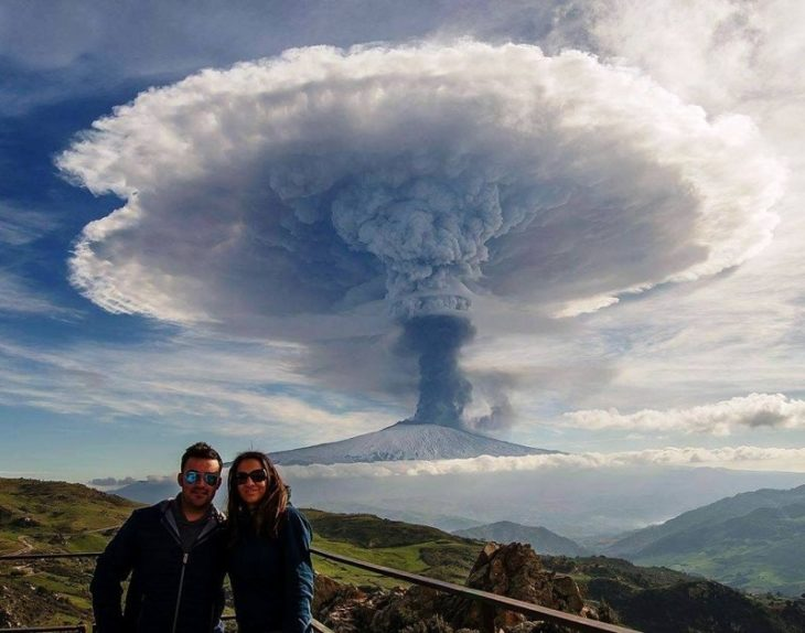 Fotografía en el momento que volcán explota