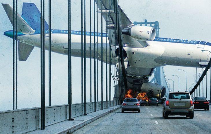 Avión cayendo junto sobre un puente
