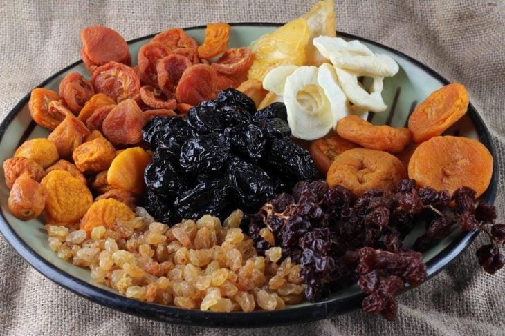 Plato lleno de frutos secos