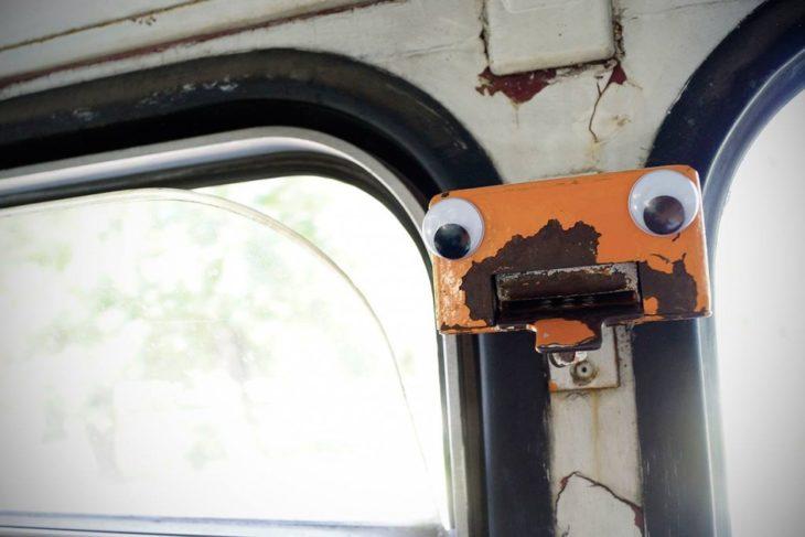 pieza de metal en transporte público usado para el eyebombing