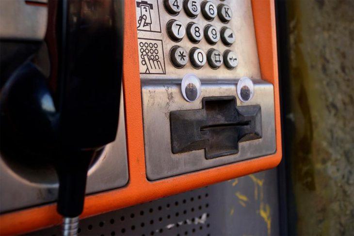 teléfono público con ojos locos en él