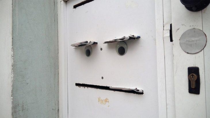 puerta con ojos locos que parece cara molesta