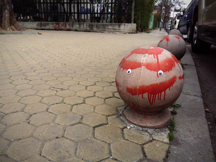 eyebombing en esferas en la acera