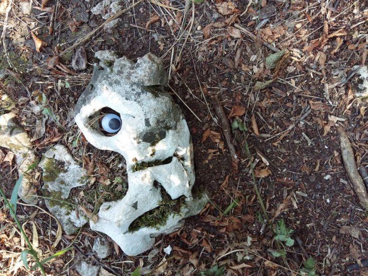 curiosa roca en el piso con eyebombing