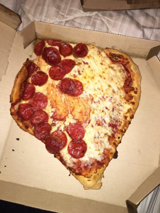 pizza en forma de corazón con el peperoni regado