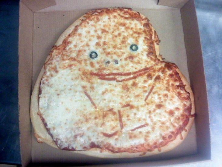 Pizza con molde de corazón hecha el meme de forever alone