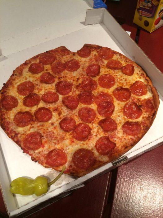 pizza que parececiera estar mordida pasada como corazón