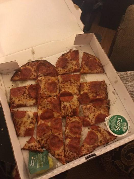 pizza de forma de corazón mal cortada
