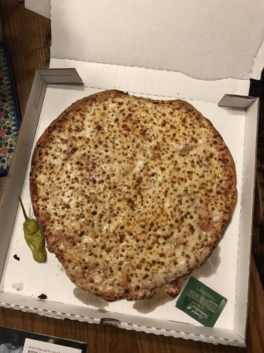 pizza con forma regular pasada por pizzería como si tuviera forma de corazón