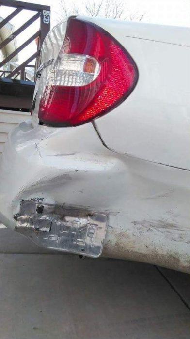 vehículo impactado con marca de las placas como evidencia