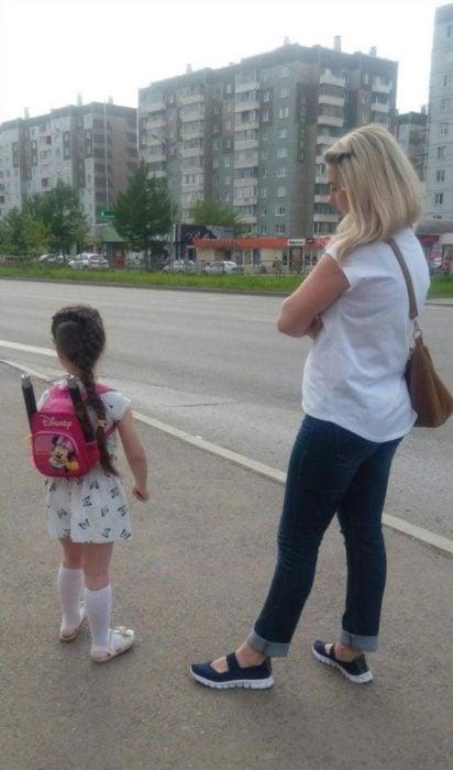 niña usando chacos en su mochila