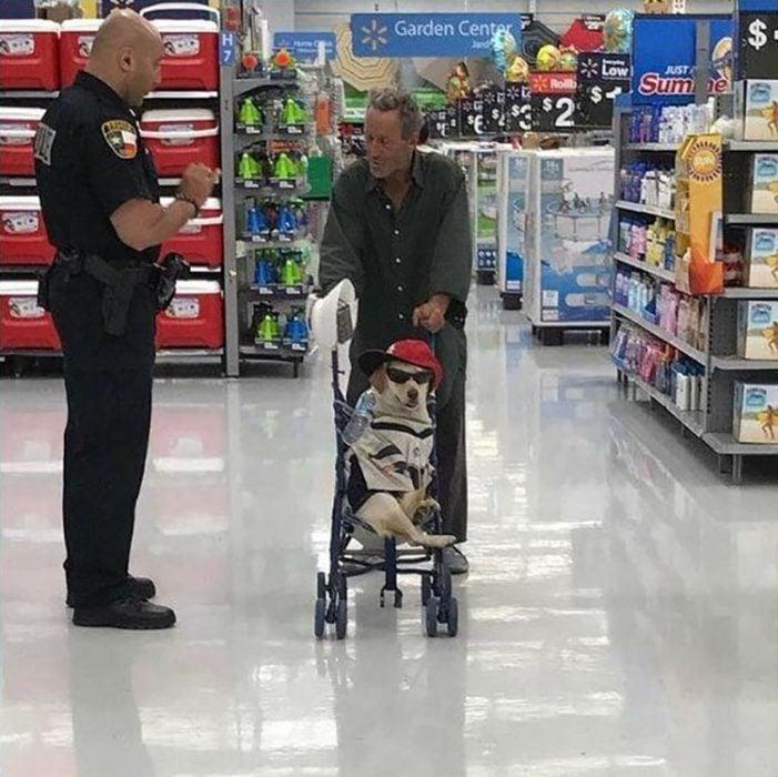 hombre paseando en el supermercado con su mascota en una carriola