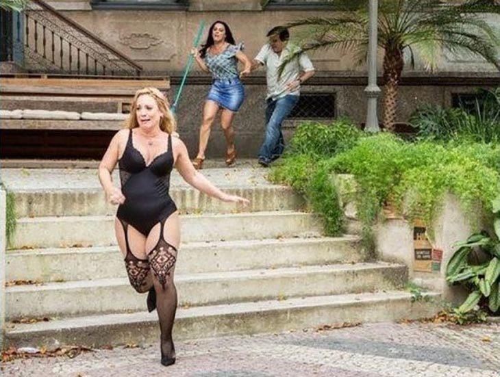 Mujer en lencería corriendo al ser perseguida por otra mujer
