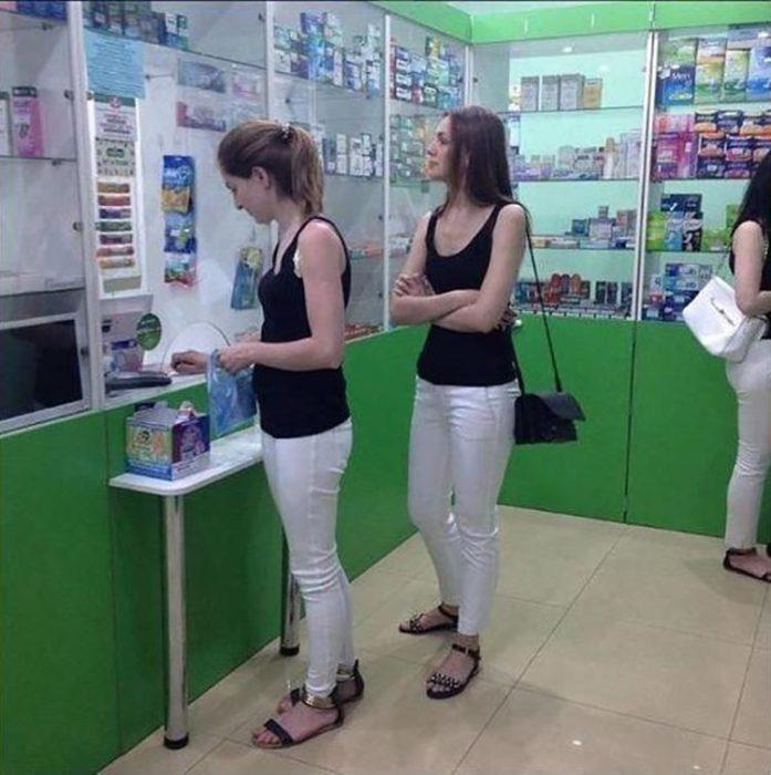 mujeres vistiendo iguales en la farmacia