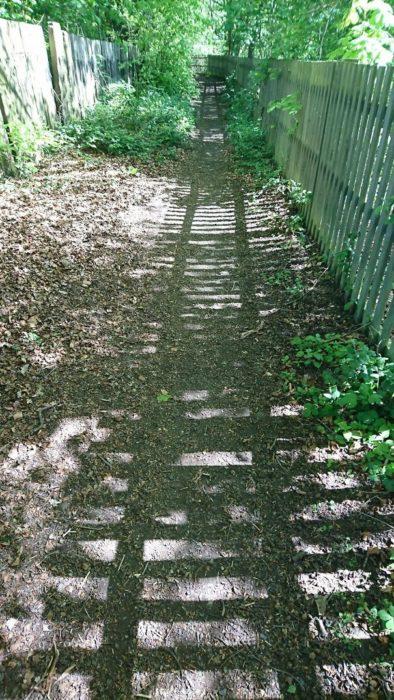 reja que proyecta sombra con forma de vía