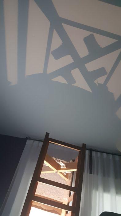 Sombra de la lámpara forma una esvástica