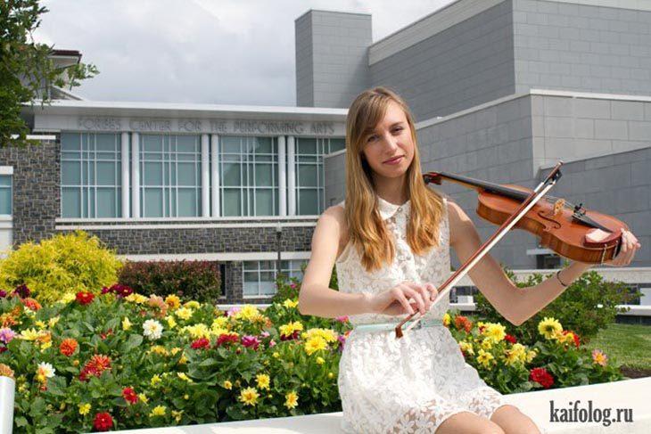 Chica tomando el violín de manera equivocada